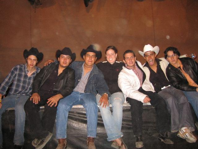Vaqueros (cowboys) y Margie durante el concierto de Intocable