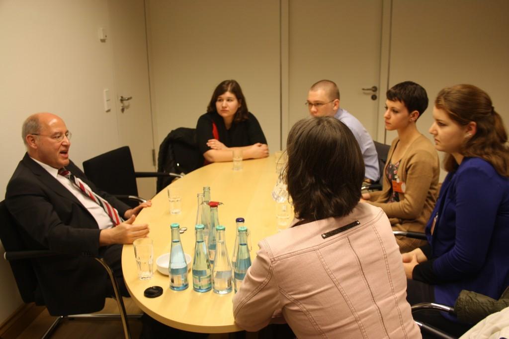 Left: Dr. Gregor Gysi. From front: Janine Ludwig, Carol Rynar, Ira Lauer, Phoebe Allebach