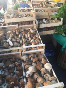 Des panniers de cèpes au marché