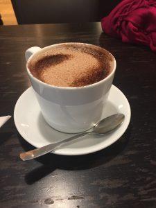 Une tasse du chocolat chaud.
