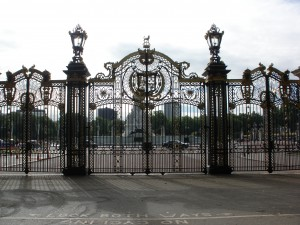 Gates towards Buckingham Palace from Green Park